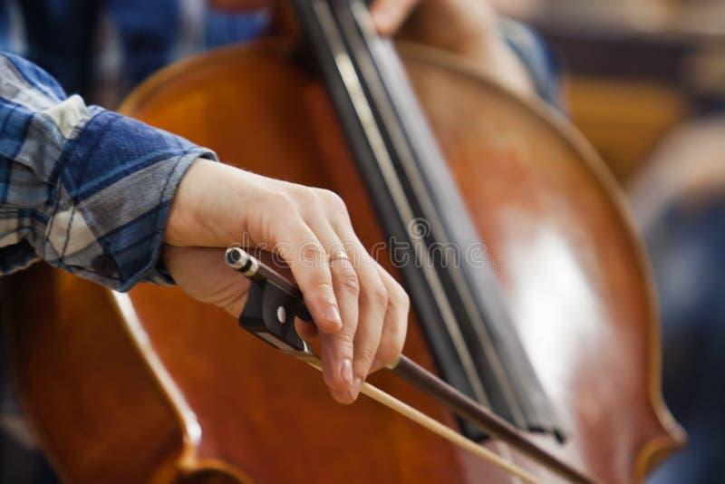 Ręka muzyk bawić się wiolonczelę zdjęcia royalty free
