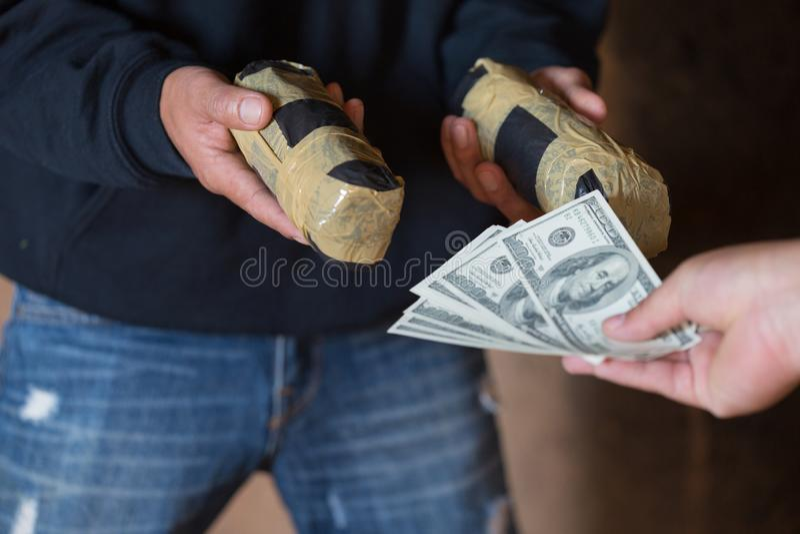 Ręka nałogowa mężczyzna z pieniądze kupienia dawką kokaina lub bobaterka, zakończenie w górę nałogowa kupienia dawki od leka hand fotografia royalty free