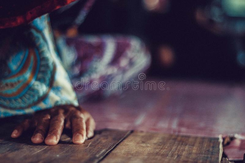 Ręka na drewnianej podłoga obraz stock