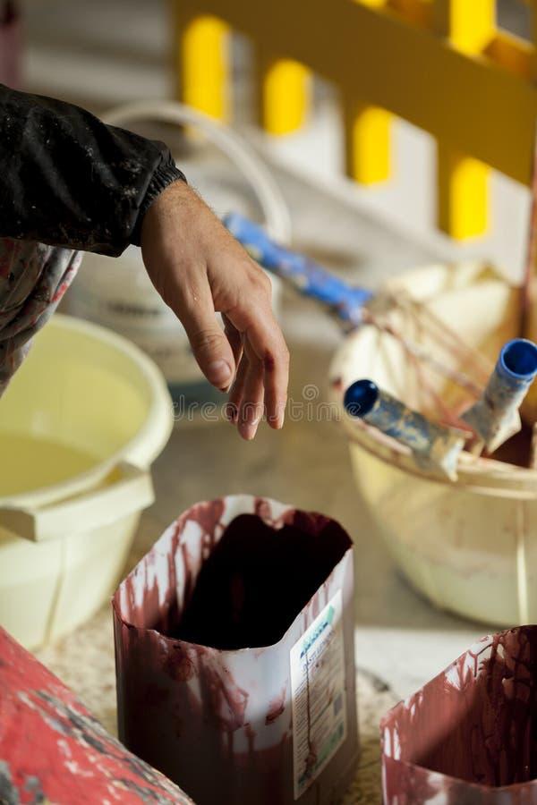 Ręka na malarzie z kolorami zdjęcie stock
