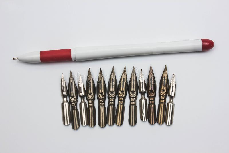 ręka na maszyna do pisania na drewnianym, białym piórze i styl retro obrazy stock