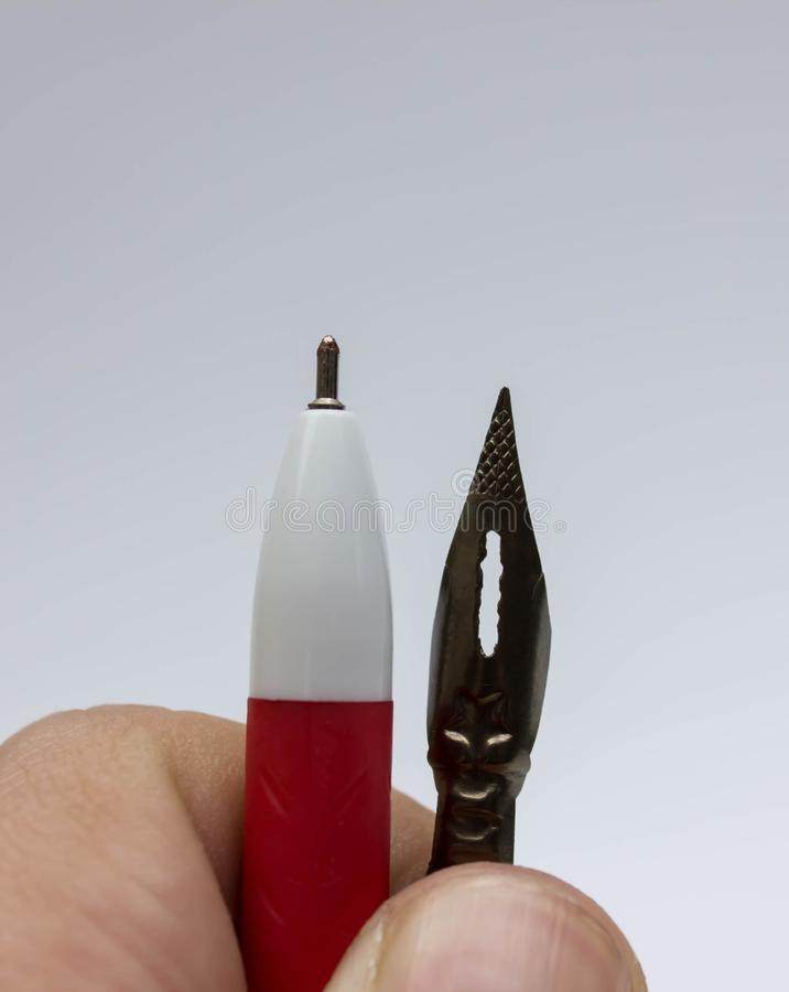 ręka na maszyna do pisania na drewnianym, białym piórze i styl retro zdjęcie stock