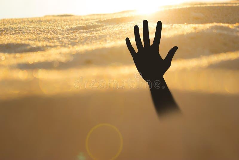 Ręka na plażowym słabnięciu lub tonięcie w quicksand obraz royalty free