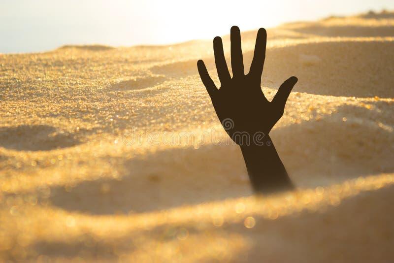 Ręka na plażowym słabnięciu lub tonięcie w quicksand zdjęcie stock