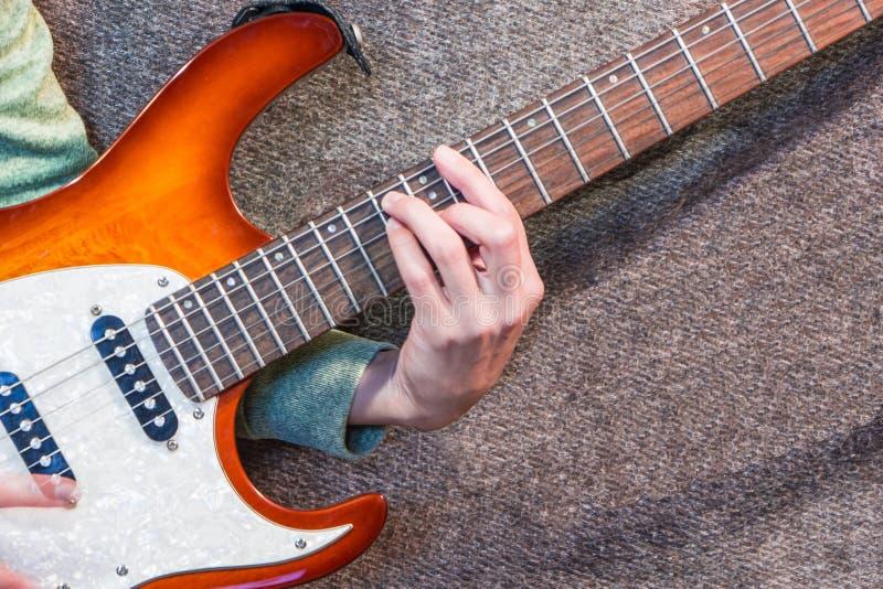 Ręka na szyi gitarze elektrycznej obraz stock