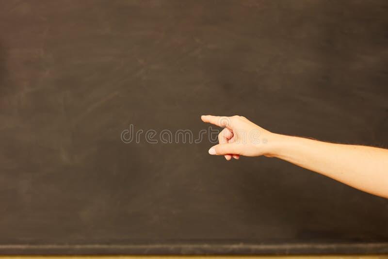 Ręka nauczyciela punkty pusty blackboard fotografia royalty free