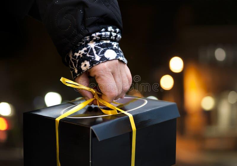 Ręka niesie czarnego pudełko osoba zdjęcia royalty free