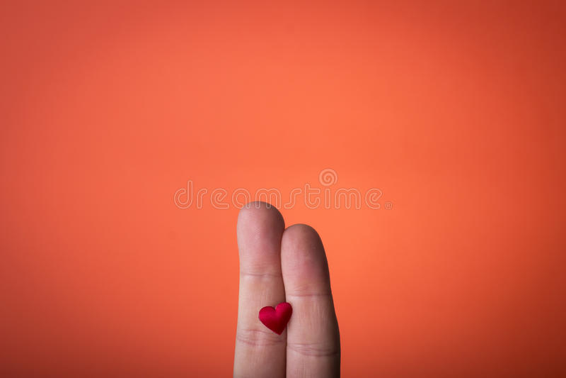 Ręka odizolowywająca na pomarańczowej czerwieni tle obraz royalty free