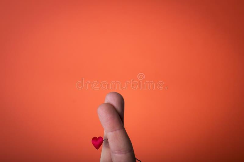 Ręka odizolowywająca na pomarańczowej czerwieni tle obrazy stock