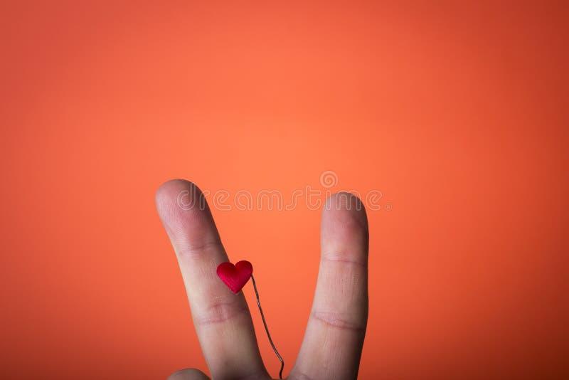 ręka odizolowywająca na pomarańczowej czerwieni tle zdjęcie royalty free