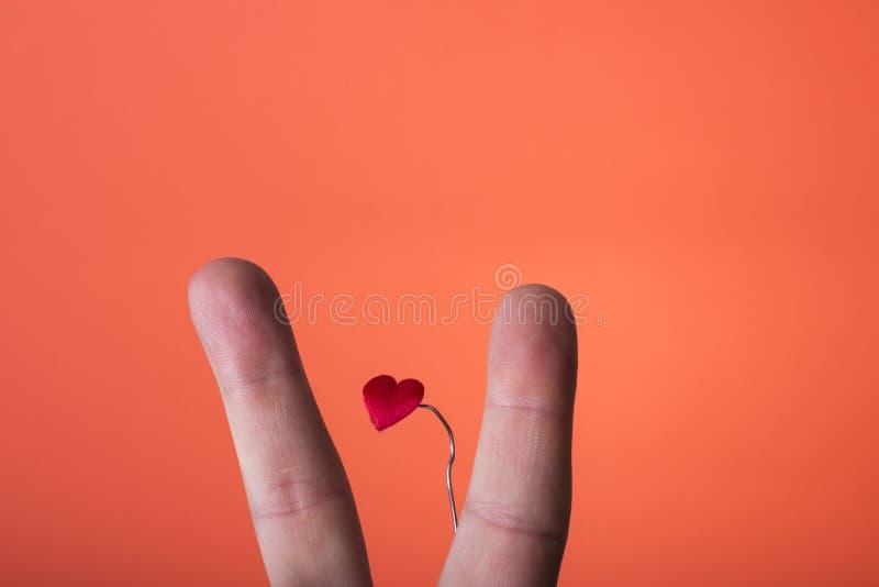 Ręka odizolowywająca na pomarańczowej czerwieni tle fotografia royalty free