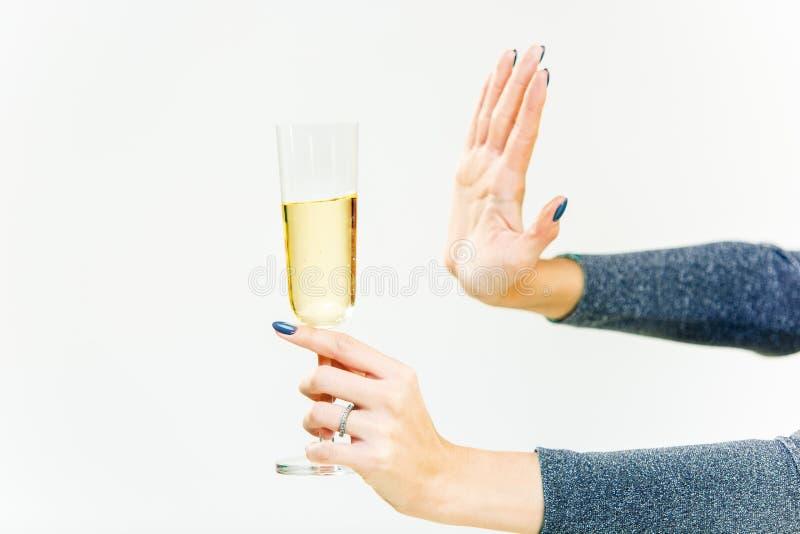 Ręka odmawia szkło z alkoholicznym napojem na białym tle kobieta, fotografia stock