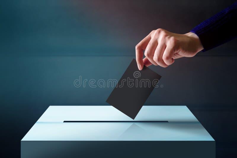 Ręka Opuszcza tajne głosowanie kartę w głosowania pudełko, połysk i zmrok T, zdjęcie stock