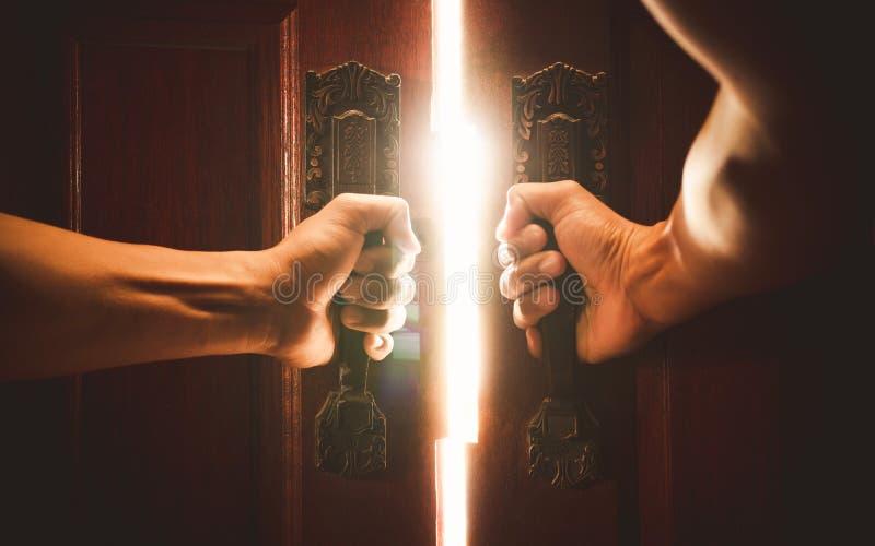 Ręka otwarte drzwiego pojęcie obrazy stock