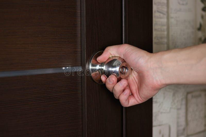 R?ka otwiera drzwi r?koje?ci? z bliska zdjęcia royalty free