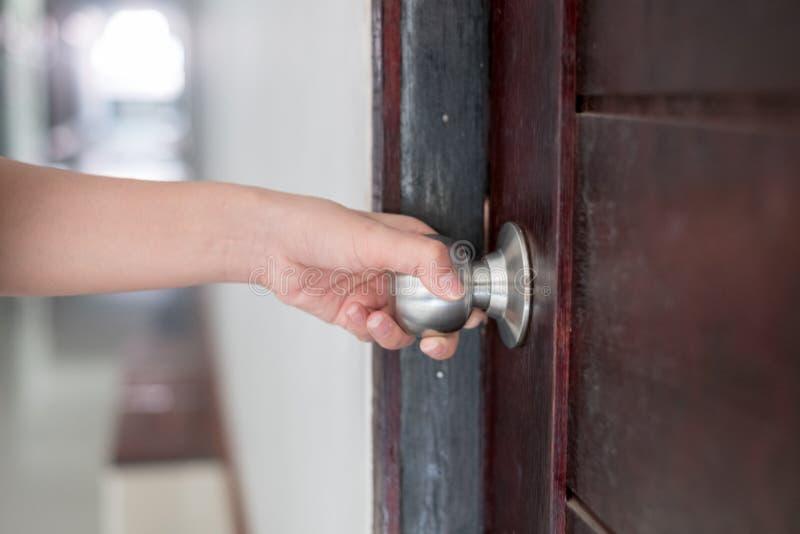 Ręka otwiera drzwiową gałeczkę zdjęcie stock