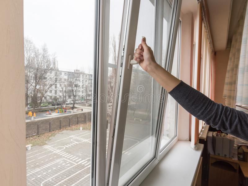 Ręka otwiera okno wietrzyć pokój obraz stock