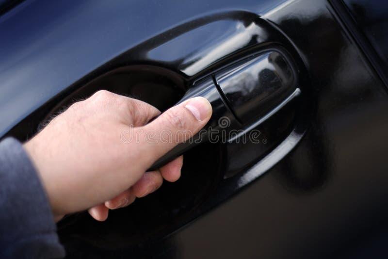 Ręka otwiera samochodową drzwiową rękojeść fotografia royalty free