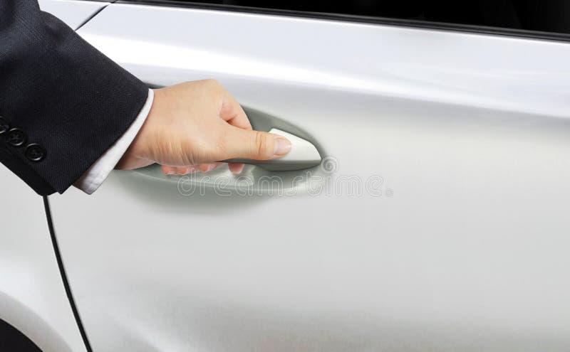 Ręka otwiera samochodowego drzwi zdjęcie stock