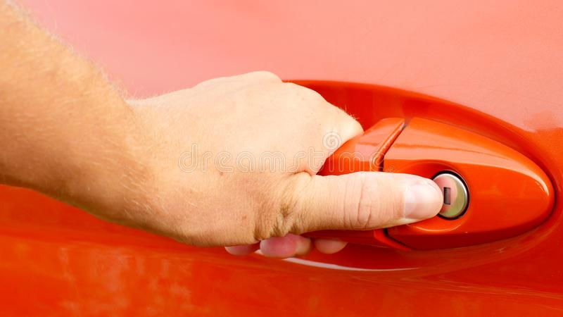 Ręka otwiera samochodowego drzwi męski biznesmen obrazy royalty free