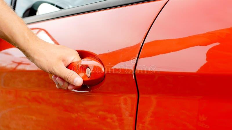 Ręka otwiera samochodowego drzwi męski biznesmen fotografia stock