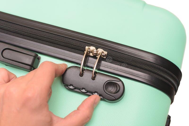 Ręka otwiera walizki kombinacji kędziorek na walizce obraz stock