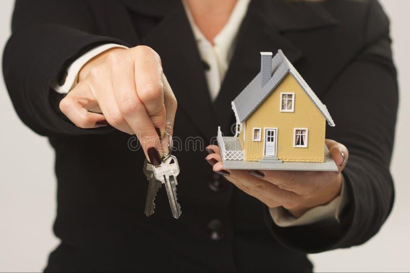 ręka płci żeńskiej domu klucze obrazy royalty free