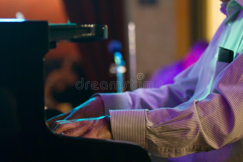 Ręka pianista w jazzowej kawiarni - zakończenie up zdjęcie royalty free