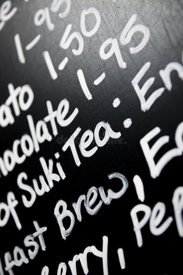 Ręka pisać kredowa menu deska uwypuklał słowo herbaty wydatnie zdjęcia stock