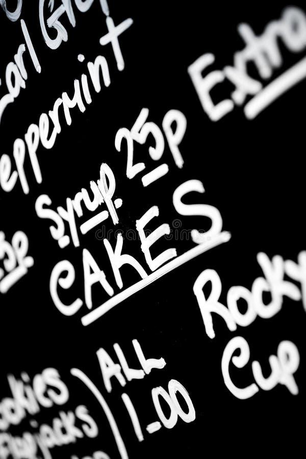 Ręka pisać kredowa menu deska uwypuklał słowo tortów prominentl obrazy royalty free
