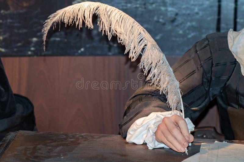 Ręka pisze liście z pióropuszem obrazy royalty free