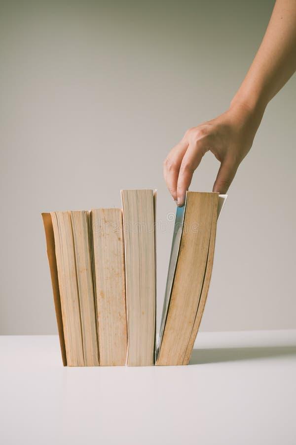 Ręka podnosi stare książki obraz royalty free