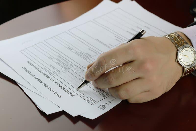 Ręka podpisu formy wypadek samochodowy obraz stock