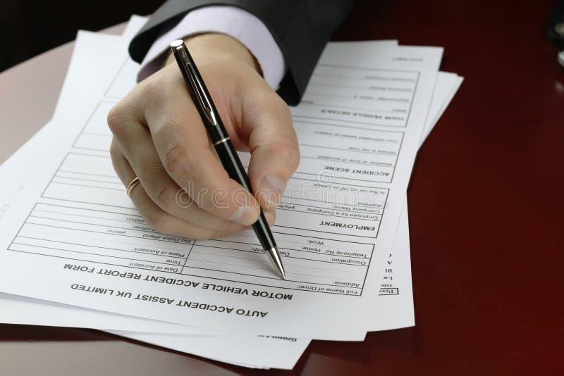 Ręka podpisu formy wypadek samochodowy zdjęcie stock
