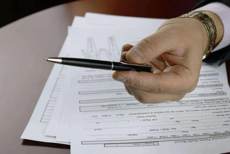 Ręka podpisujący ubezpieczenie fotografia royalty free