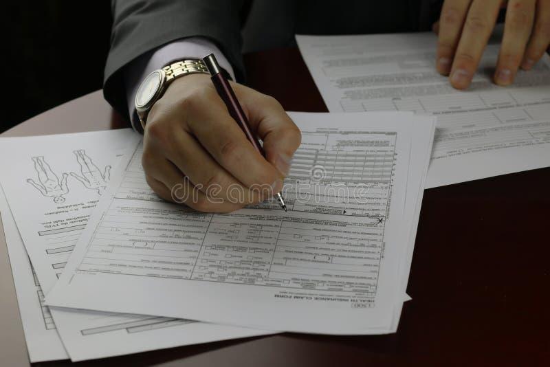 Ręka podpisujący ubezpieczenie zdjęcie stock