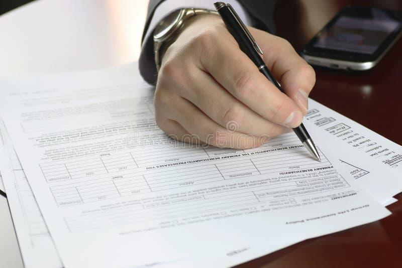 Ręka podpisujący ubezpieczenie zdjęcia royalty free