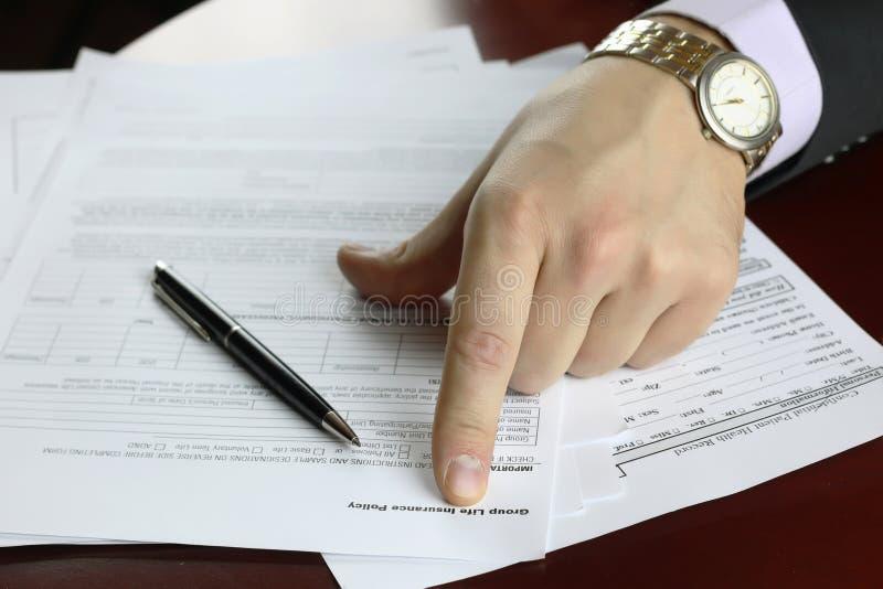 Ręka podpisujący ubezpieczenie obrazy stock