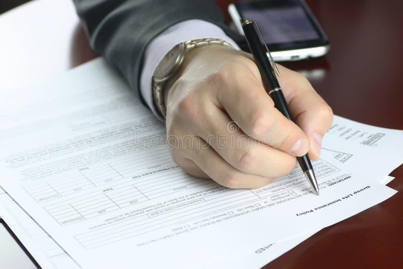 Ręka podpisujący ubezpieczenie obrazy royalty free