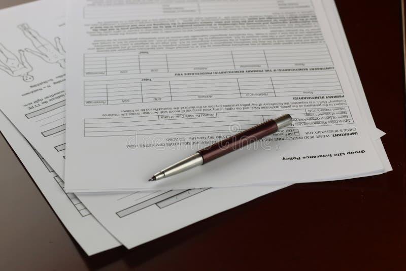 Ręka podpisujący ubezpieczenie zdjęcie royalty free