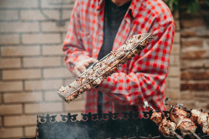 Ręka podrzuca grilla grilla na grillu zdjęcie stock