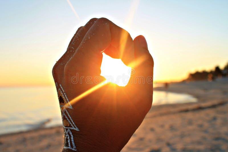 Ręka próbuje łapać słońce fotografia royalty free