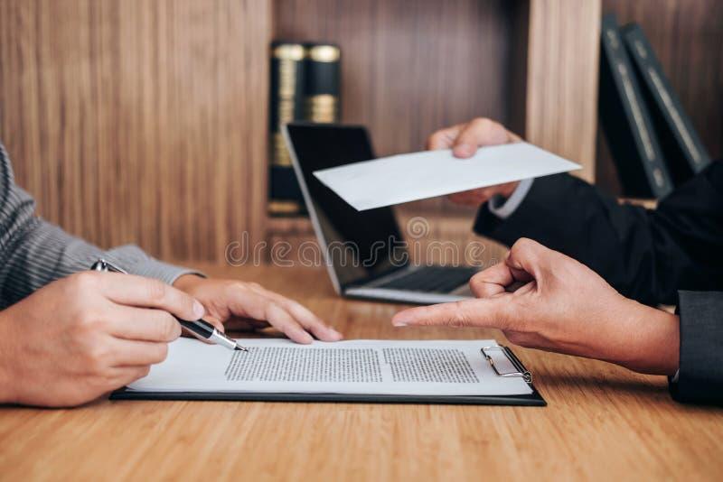 Ręka pracodawcy segregowania definitywna remuneracja po pracownika wri fotografia stock