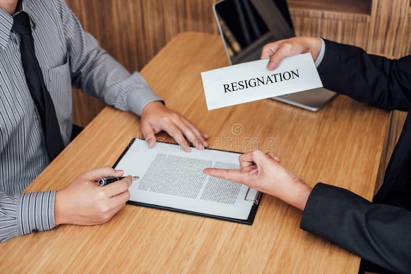 Ręka pracodawcy segregowania definitywna remuneracja po pracownika wri zdjęcie stock