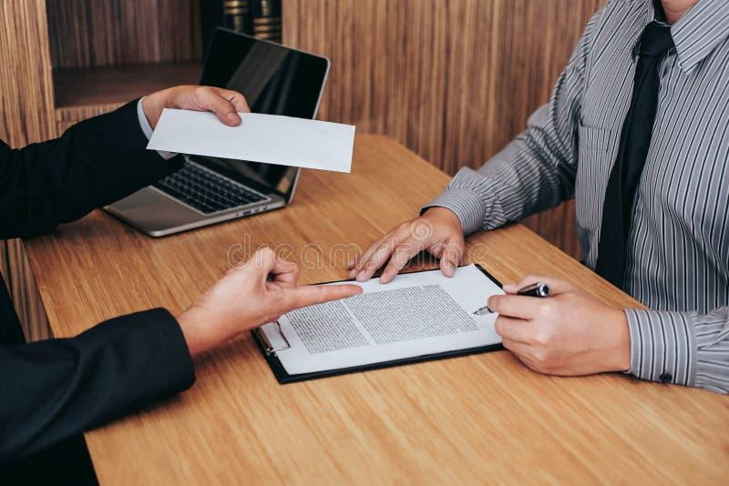 Ręka pracodawcy segregowania definitywna remuneracja po pracownika wri zdjęcia royalty free