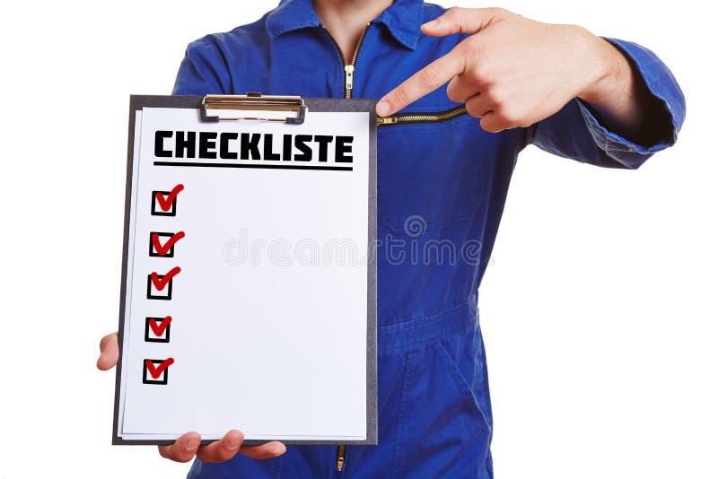 Ręka pracownik pokazuje listę kontrolną zdjęcie stock