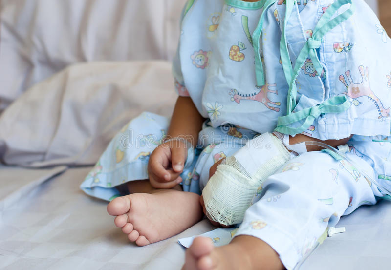 ręka przyznająca szpital z s małe dziecko pacjent zdjęcie royalty free