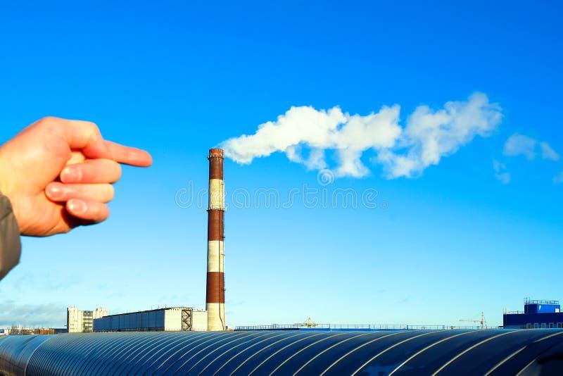 Ręka punkty dym od drymby Przemysłowa część miasto wyposażenia przemysłowa nowa przerób ropy naftowej strefa Fajczany dym zaniecz obraz royalty free