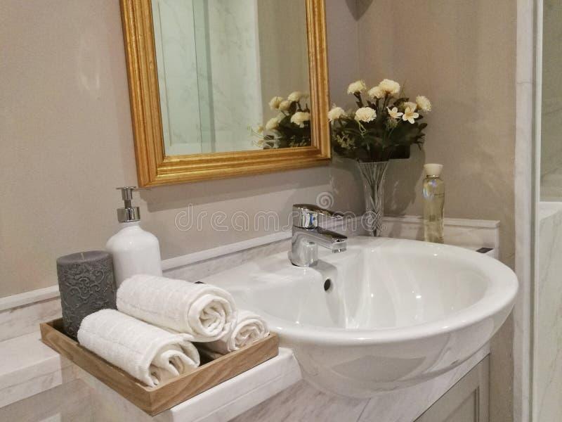 Ręka ręcznik w łazience obraz stock