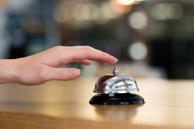Ręka ringowy dzwon przy hotelem zdjęcia stock